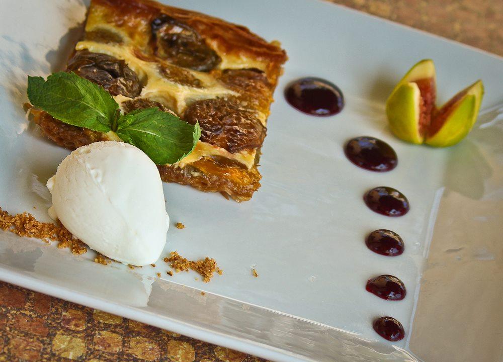 Prunes en pâte feuilletée avec une boule de yogourt glacé...@ Chez Camille, Flassan, Provence